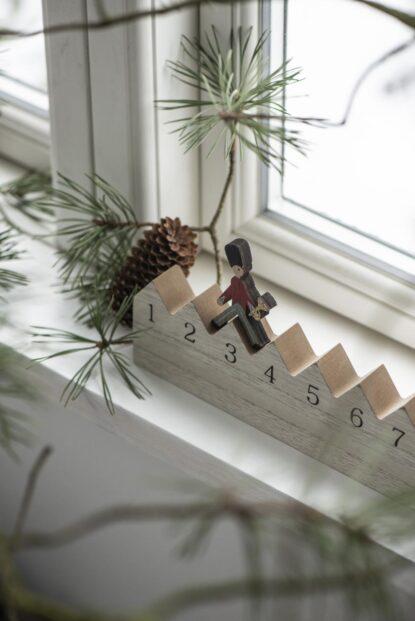 Ib Laursen Julkalender trä gående vakt miljö 5