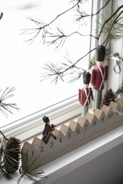 Ib Laursen Julkalender trä gående vakt miljö 6